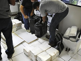 Peritos confirmaram que se trata de cocaína pura refinada. (Foto: Denise Soares/ G1)