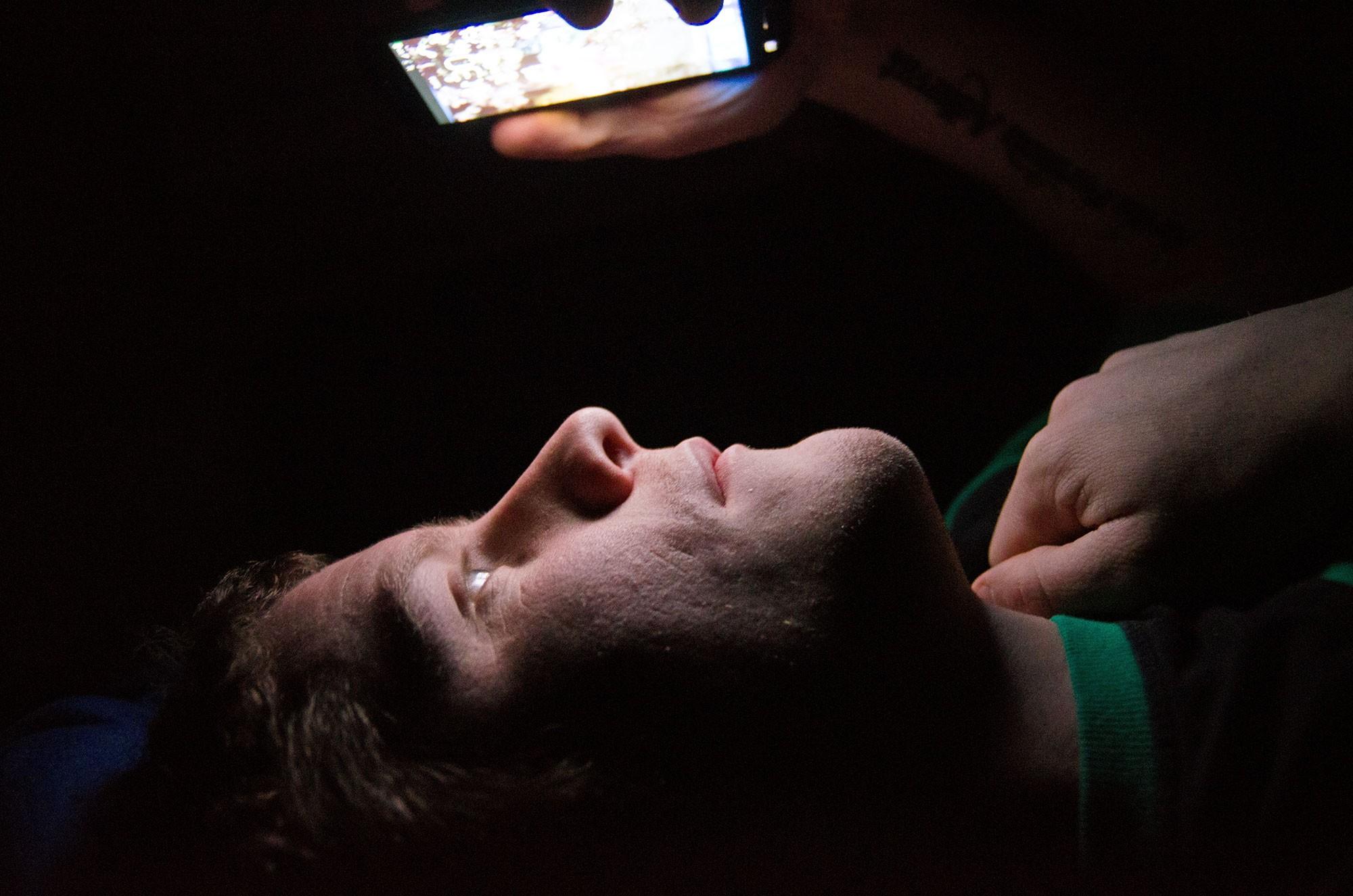 Desliga o celular e vai dormir, menino! (Foto: Reprodução)