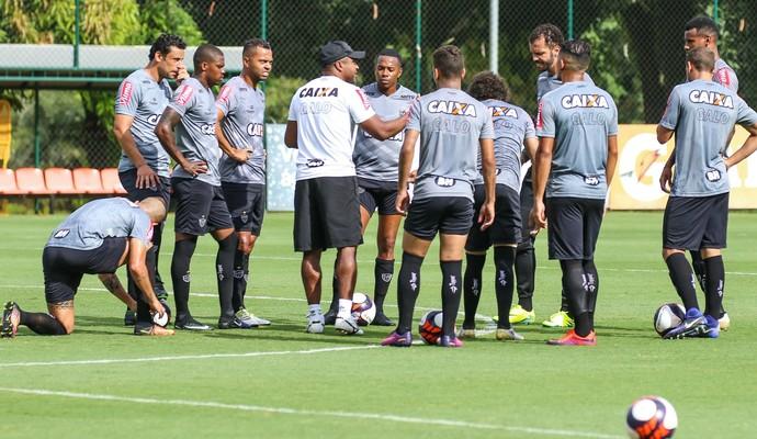 Roger Machado conversa com o time do Atlético-MG (Foto: Bruno Cantini / Atlético-MG)