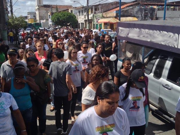 Familiares e amigos pediram justiça durante caminhada no bairro da Ribeira, em Salvador (Foto: German Maldonado/TV Bahia)