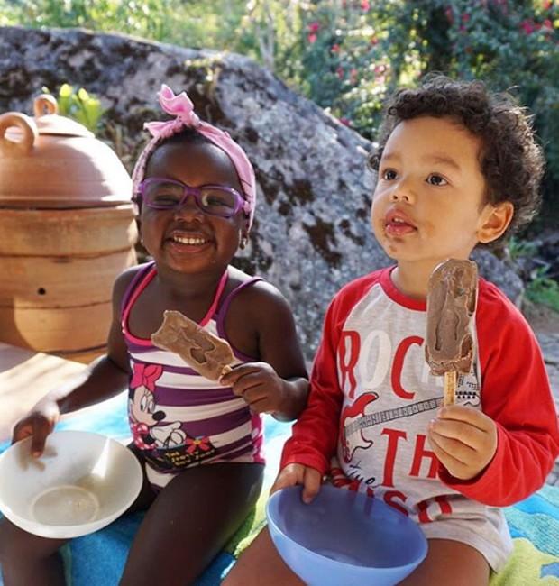 Títi e o amiguinho Bento saboreiam picolé de chocolate no Dia das Crianças (Foto: Reprodução/Instagram)