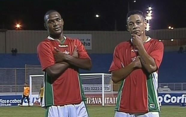 Wellington e Tomas comemoram gol contra o Sampaio Corrêa em Varginha (Foto: Reprodução Premiere FC)