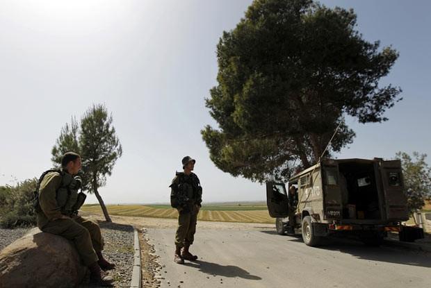Soldados israelenses patrulham a fronteira com a Faixa de Gaza nesta quarta-feira (3) (Foto: Reuters)