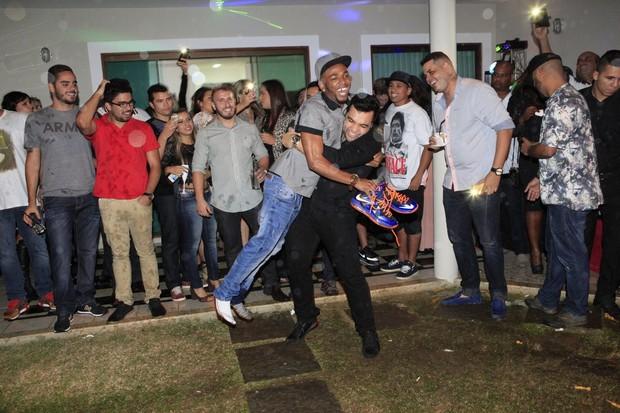 Nego do Borel e Jonathan Costa em festa no Rio (Foto: Isac Luz/ EGO)
