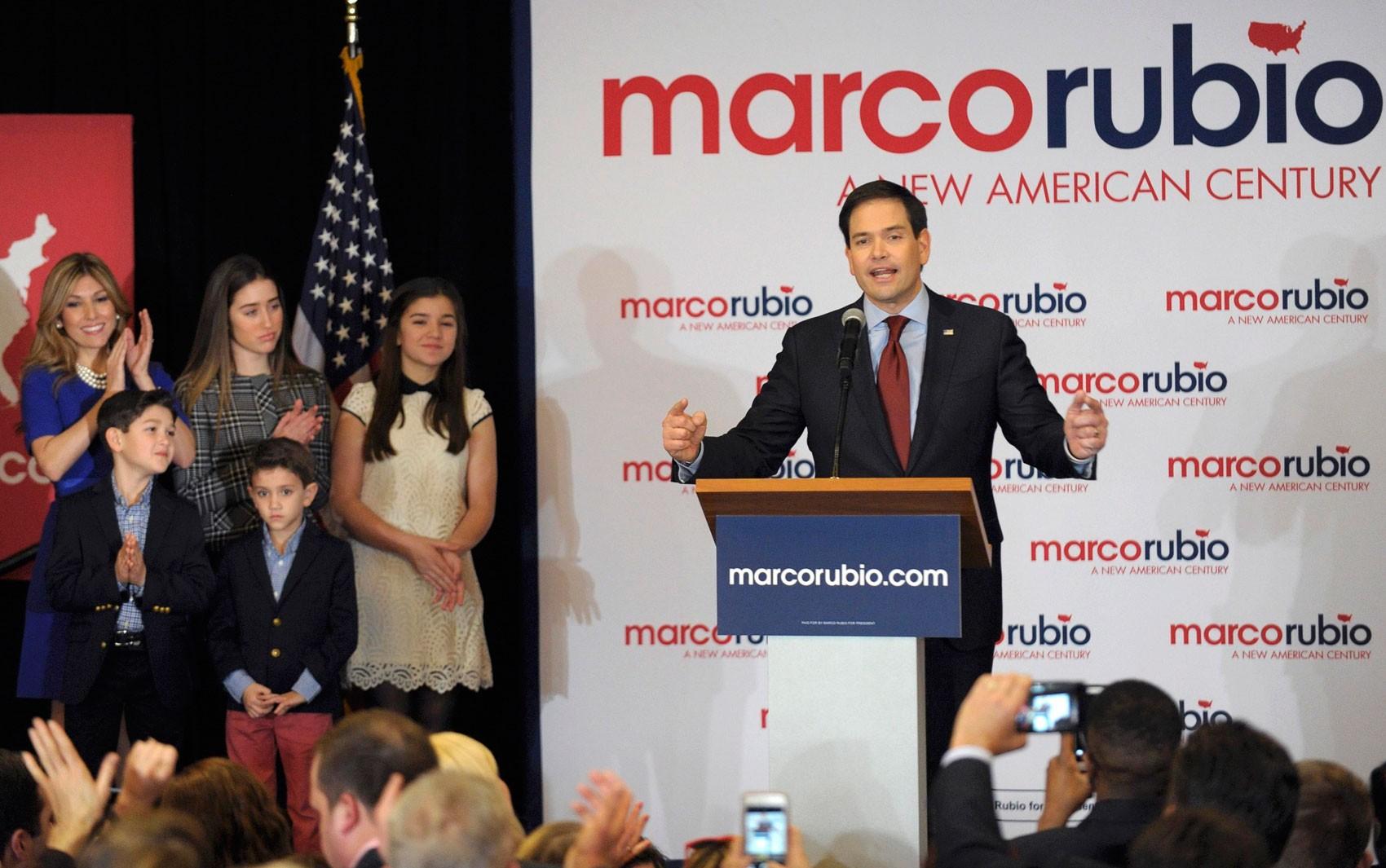 Ao lado da mulher e dos filhos, Marco Rubio discursa após a divulgação do resultado do caucus republicano em Iowa, na segunda (1º) (Foto: Reuters/Dave Kaup)