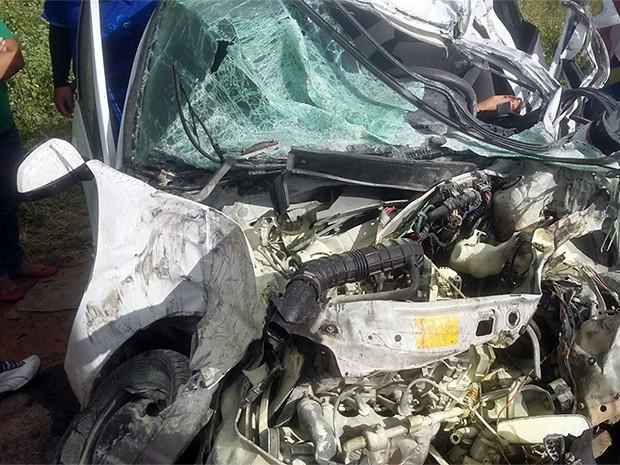 Veículo que transportava a enfermeira colidiu frontalmente com um caminhão (Foto: Divulgação/PM)