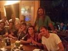 Após boatos de separação, Kaká joga pelada e sai com amigos em Noronha