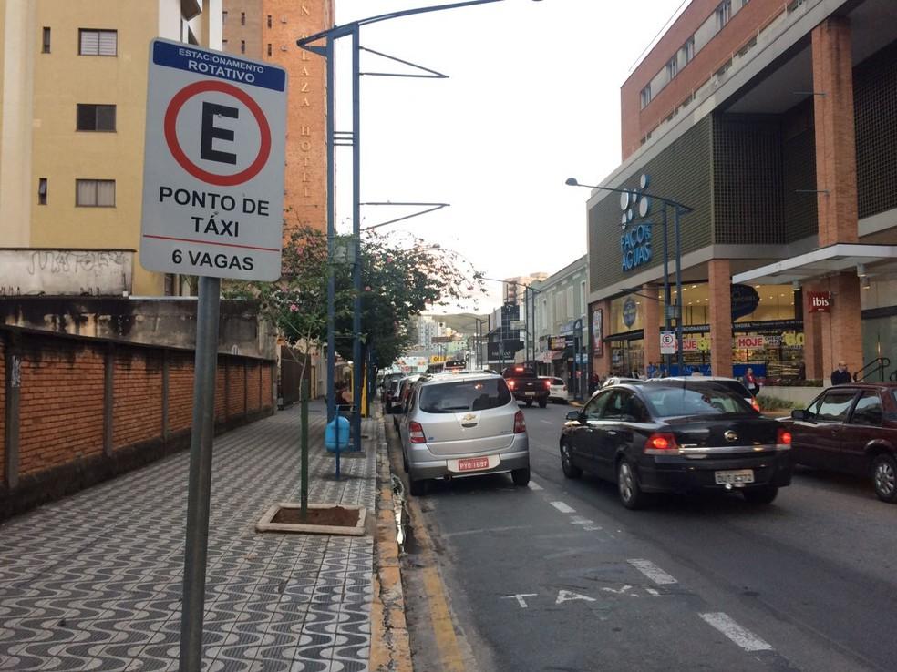 Taxistas alegam que serviço de transporte alternativo é ilegal em Poços de Caldas (MG) (Foto: Lúcia Ribeiro)