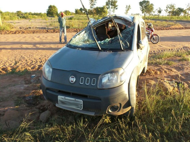Mãe e filhos sofreram apenas ferimentos leves após capotamento  (Foto: blogbraga / Repórter Edivaldo Braga)