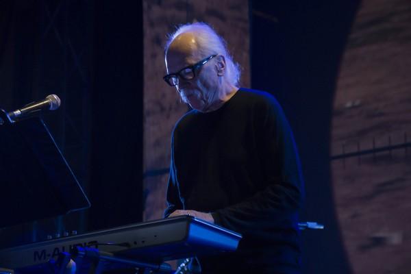 O diretor e compositor John Carpenter aprovou a releitura do tema (Foto: Getty Images)