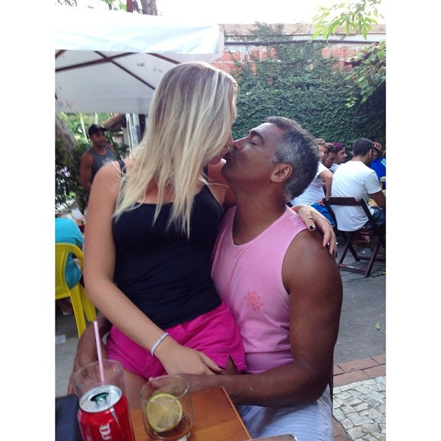 Dixie Pratt e Romário aos beijos (Foto: Reprodução/Instagram)
