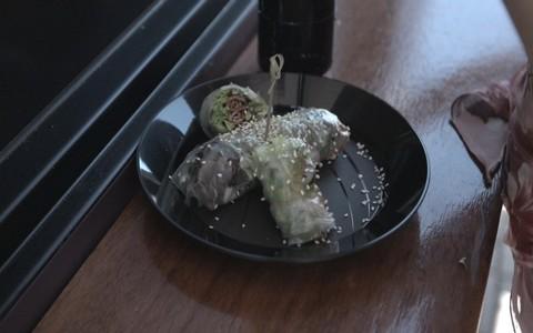 Rolinho japonês de massa de arroz com vegetais e kani
