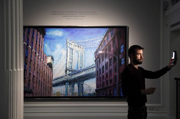 Quadro 'Manhattan bridge, Downtown New York', de Bob Dylan, que faz parte da exposição aberta neste sábado (5) na Halcyon Gallery; cantor e compositor que ganhou o Nobel de literatura é também um pintor prolífico (Foto: Adrian Dennis/AFP)