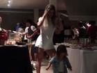 Mirella Santos samba com a filha, Valentina, e menina dá show de fofura