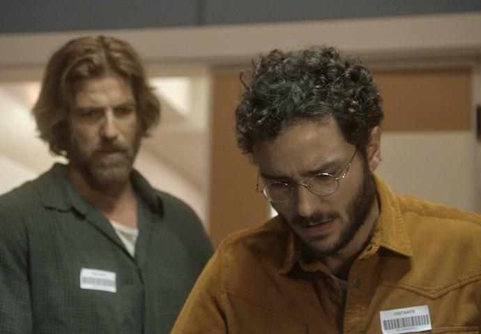 Elio reconhece o corpo da tia e repara nas marcas de tiro (Foto: TV Globo)