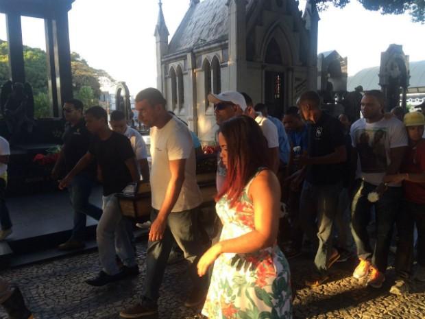 aio Almeida de Melo Silva foi enterrado no cemitério Campo Santo (Foto: Alan Tiago Alves/G1 Bahia)