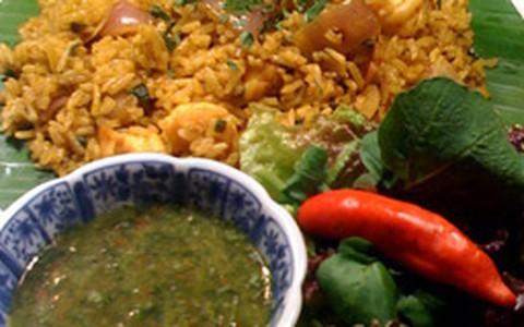 Arroz jasmim com camarões, curry e molho de ervas picante