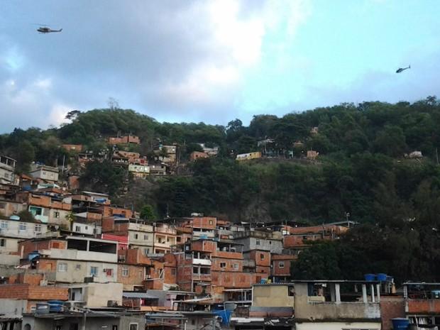 Aeronaves sobrevoam as favelas da Penha (Foto: Divulgação/Bope)