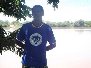 Vanilson é pescador há 12 anos em Ibiaí (Foto: Michelly Oda / G1)