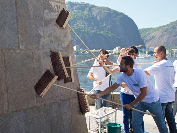 Prefeitura promove limpeza simbólica da pichação no Monumento a Estácio de Sá  (Foto: Daniel Coelho/ Divulgação)