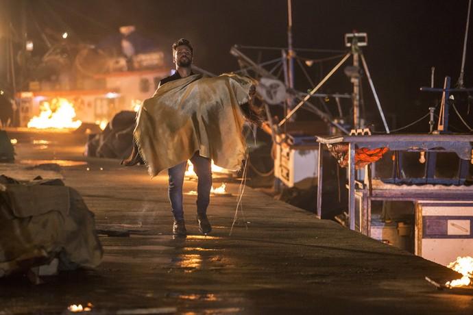 Alice sai do incêndio desacordada, no colo de Mario (Foto: Felipe Monteiro/Gshow)