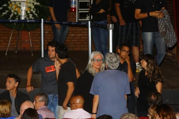Marcelo Serrado, Vera Holtz e outros famosos se emocionam na despedida a José Wilker (Foto: Marcello Sá Barretto / AgNews)
