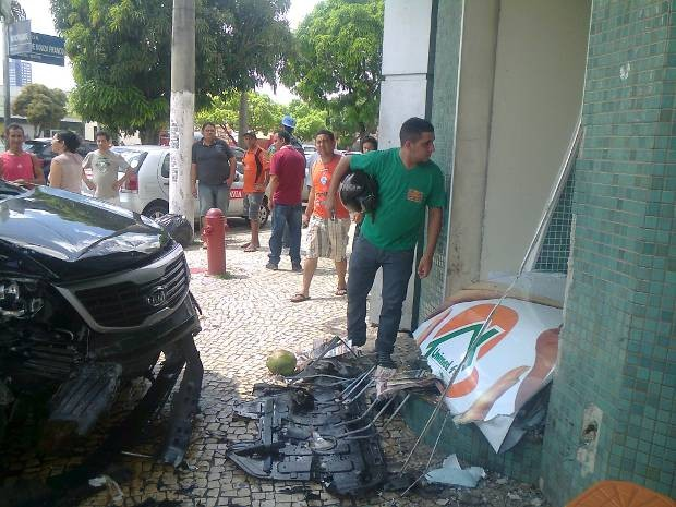 Muro também ficou danificado após colisão (Foto: Dominik Giusti/G1)