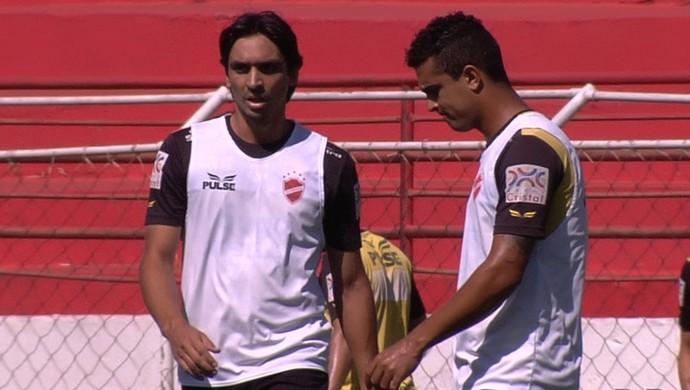 Vinícius Simon e Vítor: os dois são cotados para atuar ao lado de Gustavo Bastos (Foto: Reprodução / TV Anhanguera)