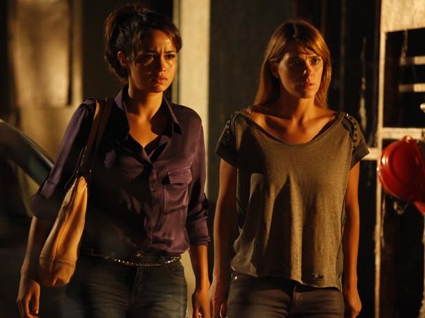 Morena e Jéssica levam um baita susto (Foto: Salve Jorge/TV Globo)