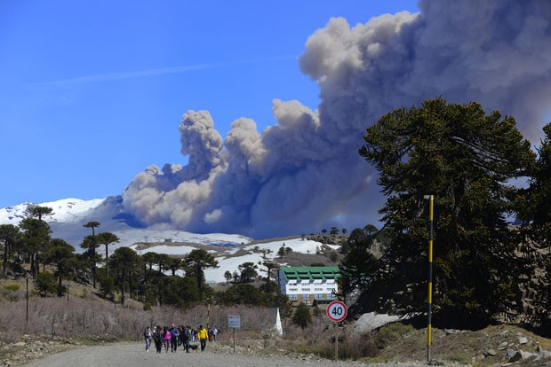 Vulcão Copahue expeliu muita fumaça neste domingo (12) (Foto: AFP)