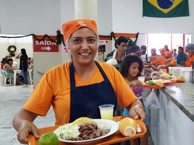 A cozinheira Josicleide Souza, no Bom Prato de Campinas (Foto: Fernando Pacífico / G1)