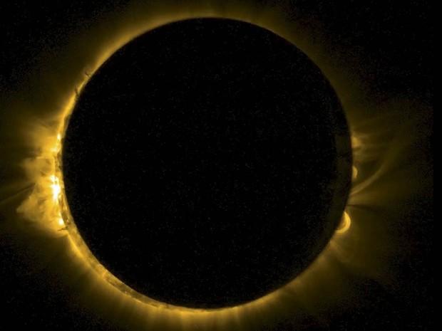 Imagem divulgada pela Estação Espacial Europeia mostra o eclipse lunar toral capturado por um minissatélite do Observatório Real da Bélgica. O registro por uma tecnologia conhecida como Swap mostra ondas ultravioletas extremas ao redor do disco solar (Foto: Reuters/ESA/Observatório Real da Bélgica)