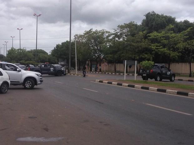 Rua em frente ao IML foi fechada durante operação de transferência dos detentos (Foto: Jackson Félix/G1 RR)