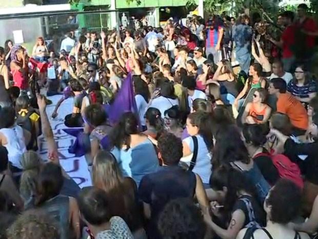Manifestação reúne mulheres contra projeto de lei de Eduardo Cunha (Foto: Reprodução/TV Globo)