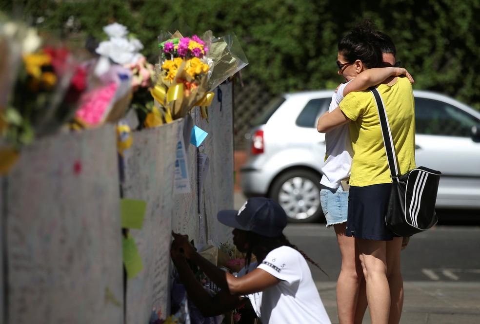 Muro concentra homenagens às vítimas do incêndio em Londres perto do local da tragédia, em North Kensington (Foto: Reuters/Marko Djurica)