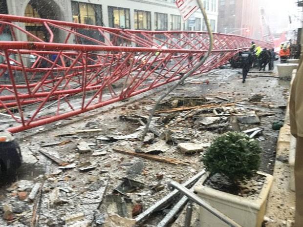 Guindaste despencou em rua de Nova York (Foto: Reprodução/Twitter/Roberto Alvarez)