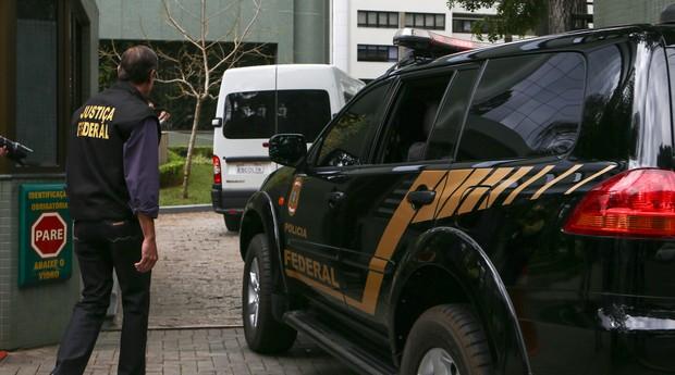 Executivos presos em novembro na Operação Lava Jato saíram do presídio nesta quarta-feira (29) (Foto: Geraldo Bubniak / AGB / Ag. O Globo)