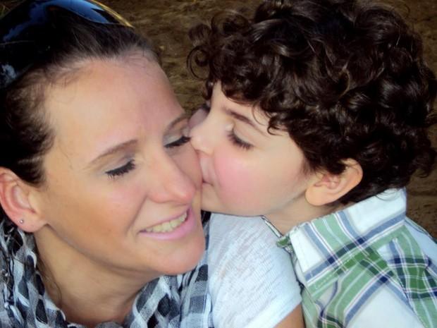 Nayne recebe o carinho do filho Pedro (Foto: Arquivo pessoal/Nayne Tamy)