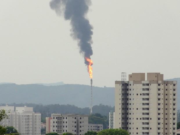Uma anormalidade causou o aumento da chama da Refinaria Henrique Lage, na manhã desta terça-feira, em São José dos Campos (Foto: Amanda Zanqui)