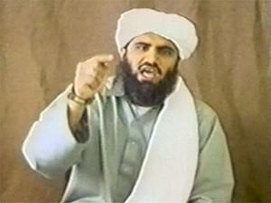 Homem identificado como Suleiman Abu Ghaith, genro de Bin Laden, em imagem de vídeo sem data confirmada (Foto: Reuters)