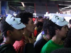 Jovens se viram para assistir palestra no Gamepólitan (Foto: Ruan Melo/G1)