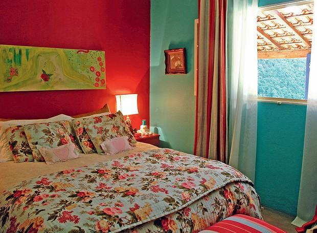 Aqui, o floral foi usado na cama. Repare como as cores da colcha combinam com os tons da parede e da cortina e não deixam o ambiente pesado. Projeto da designer de interiores Neza Cesar (Foto: Sérgio de Divitiis/Casa e Jardim)
