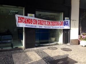 Manifestantes puseram faixas em frente à sede do instituto (Foto: Cristiane Cardoso)