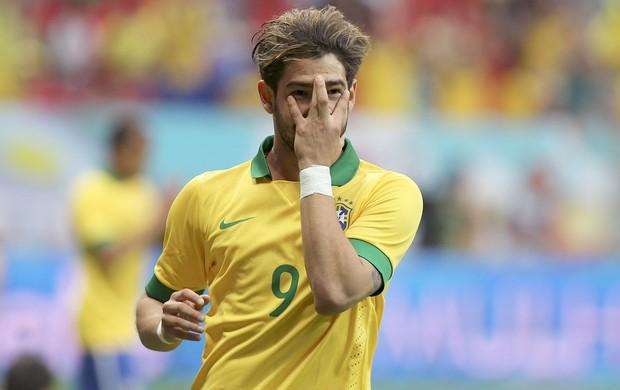 Pato comemoração gol Brasil Austrália (Foto: Reuters)