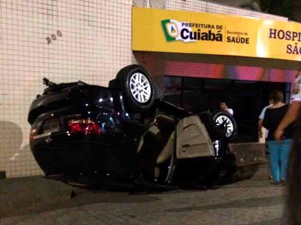 Carro capotou e caiu a poucos metros da porta de entrada do Hospital São Benedito, em Cuiabá. (Foto: Max Magno de Campos / Arquivo Pessoal)
