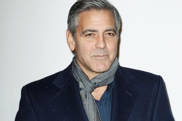George Clooney também foi abordado no tapete vermelho, mas no Festival de Veneza em 2009, por um homem que jurou seu amor por ele e quase o agarrou no meio dos convidados (Foto: Getty Images)