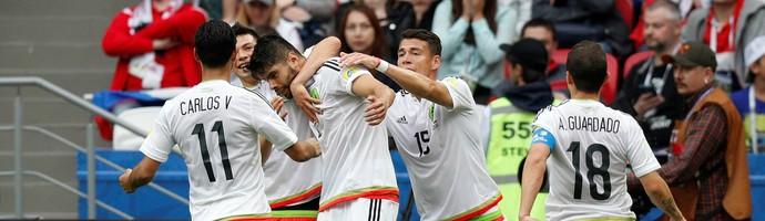 Gol do México, comemoração (Foto: REUTERS/Maxim Shemetov)