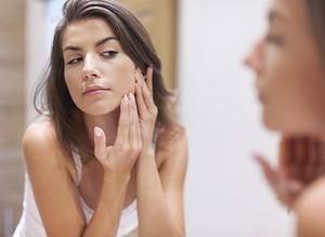 Acne em mulheres adultas: Dermatologista explica por que ela aparece e ensina como eliminá-la