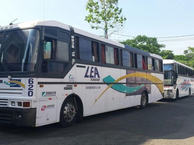 Manifestantes foram colocados dentro de ônibus e levados para a delegacia (Foto: Vanderlei Duarte/EPTV)