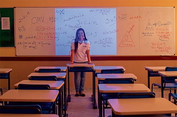 ILUMINADA A professora Ediara Simões na sala de aula, em Itaquaquecetuba, São Paulo. Ela ministra conceitos de finanças em outras disciplinas (Foto: Rogério Cassimiro/ÉPOCA)